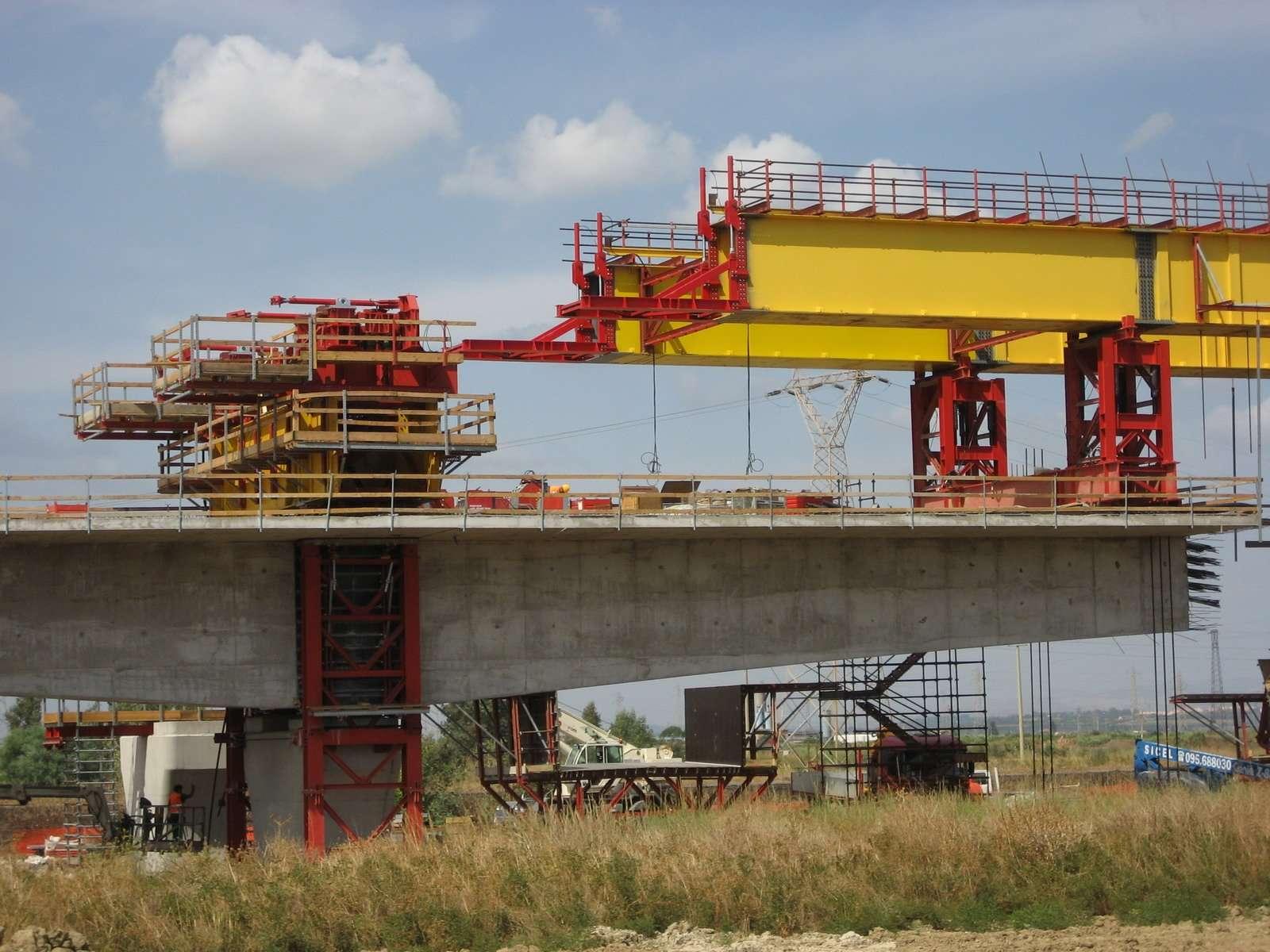 Hydraulic equipment launching gantry