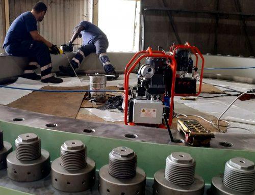 Tensionatori idraulici M90x6 speciali e centraline elettriche per il serraggio di grandi valvole a farfalla